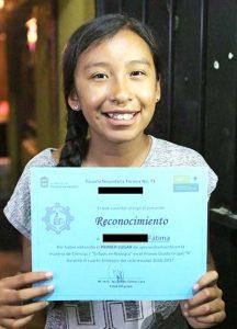 Fatima hat bei einem Schulwettbewerb eine Auszeichnung bekommen